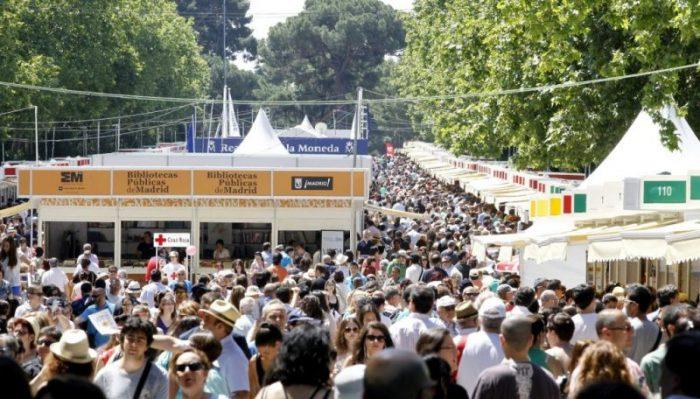 GRA163. MADRID, 14/06/2014.- Una multitud discurre por el paseo de coches del Retiro de Madrid donde esta instalada la Feria del Libro que cumple su último fin de semana de esta 73 edición de la muestra. EFE/Alberto Martín