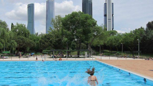 Madrid cerrará parques por las noches y piscinas para frenar los contagios