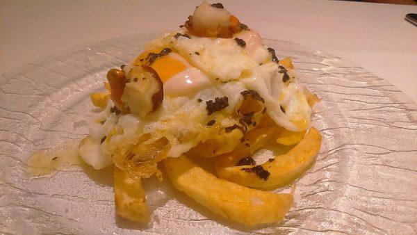 Huevos rotos con aceite de trufa y zamburiñas