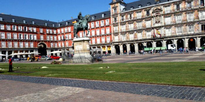 foto de la plaza mayor con césped