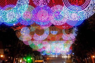 Las calles de Madrid se engalanan con el alumbrado de Navidad