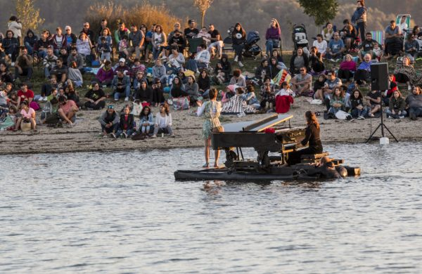 """""""El piano del lago"""" da un concierto flotante en el Embalse de San Juan"""
