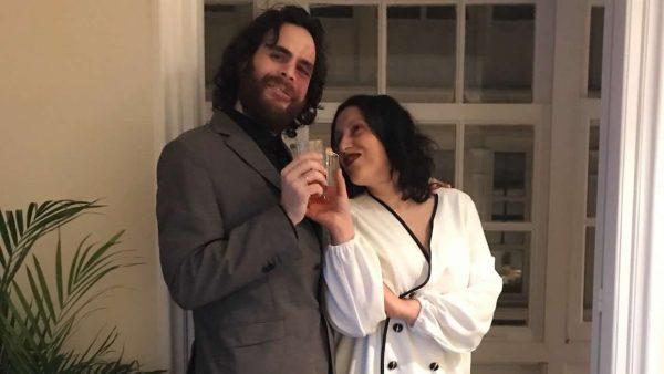 Bonita historia en el balcón: pareja se casa en confinamiento