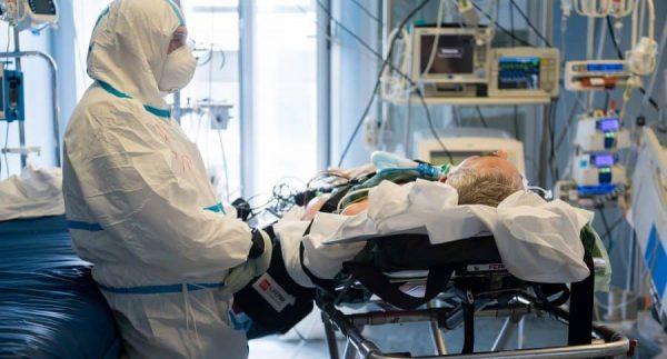 Una anciana fallece por ceder su respirador a jóvenes enfermos