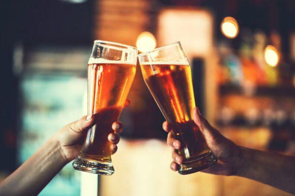 Las marcas de cerveza donan 15 millones de litros de cerveza a los bares