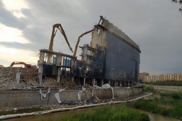 El río Manzanares se contamina con restos de la demolición del Calderón