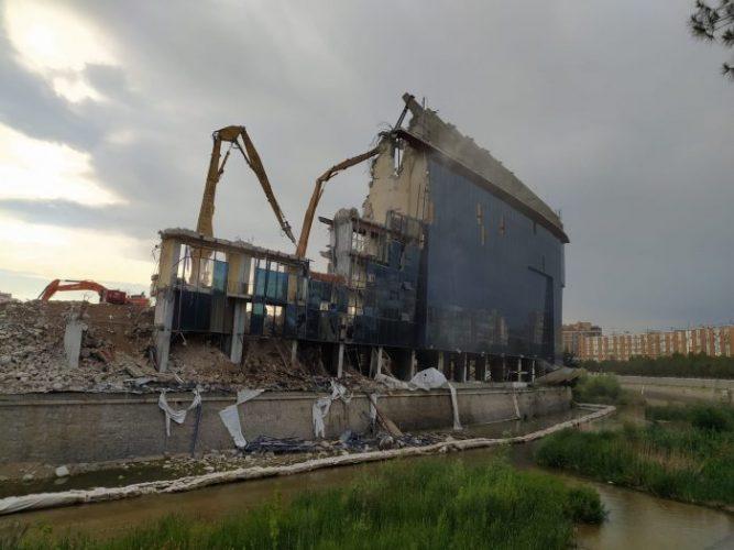 El río Manzanares contaminado con restos de la demolición del Calderón