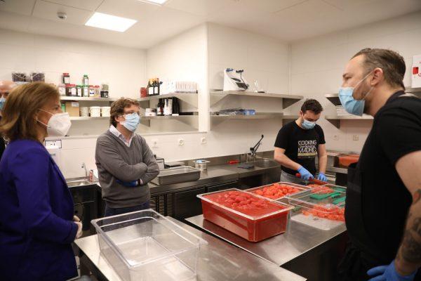 Four Seasons elabora 1000 comidas diarias para familias desfavorecidas