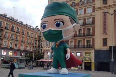 Una Supersanitaria en Madrid homenajea a los héroes de la pandemia