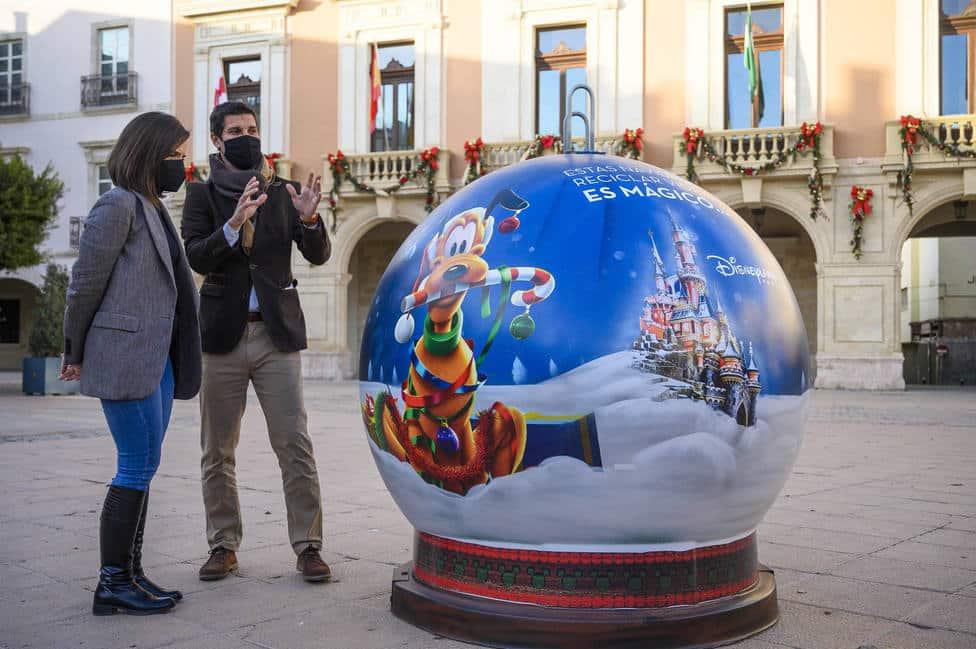 Aparecen por todo Madrid bolas de Navidad de Disney