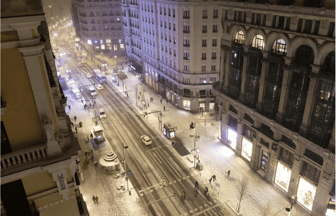 El temporal de nieve de Madrid corta carreteras y cierra Barajas