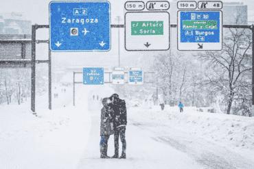 Conoce la romántica historia detrás del 'beso de la nevada' en Madrid