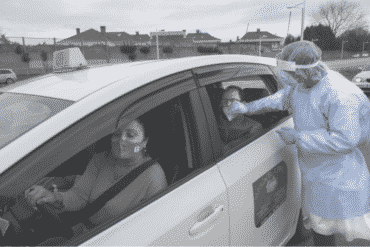 Taxistas de llevan gratis a mayores para ser vacunados
