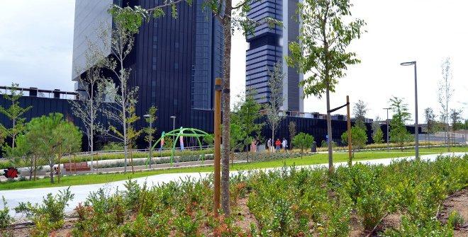 El parque Caleido es la nueva zona verde de Madrid bajo las Cuatro Torres