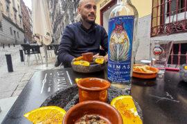 mezcal servido con naranja, chapulines y sal de gusano